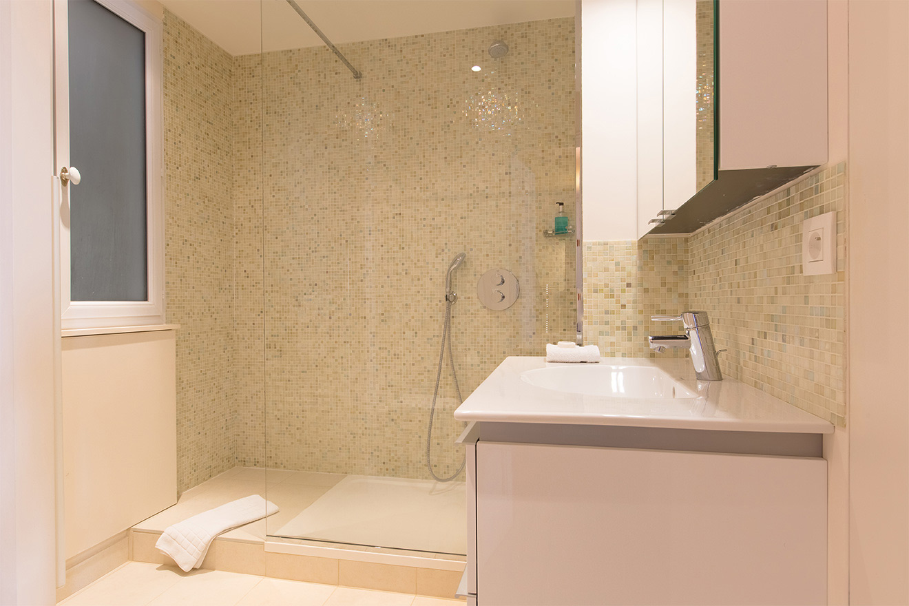 Bathroom 1 with shower in the Saint Amour vacation rental offered by Paris Perfect
