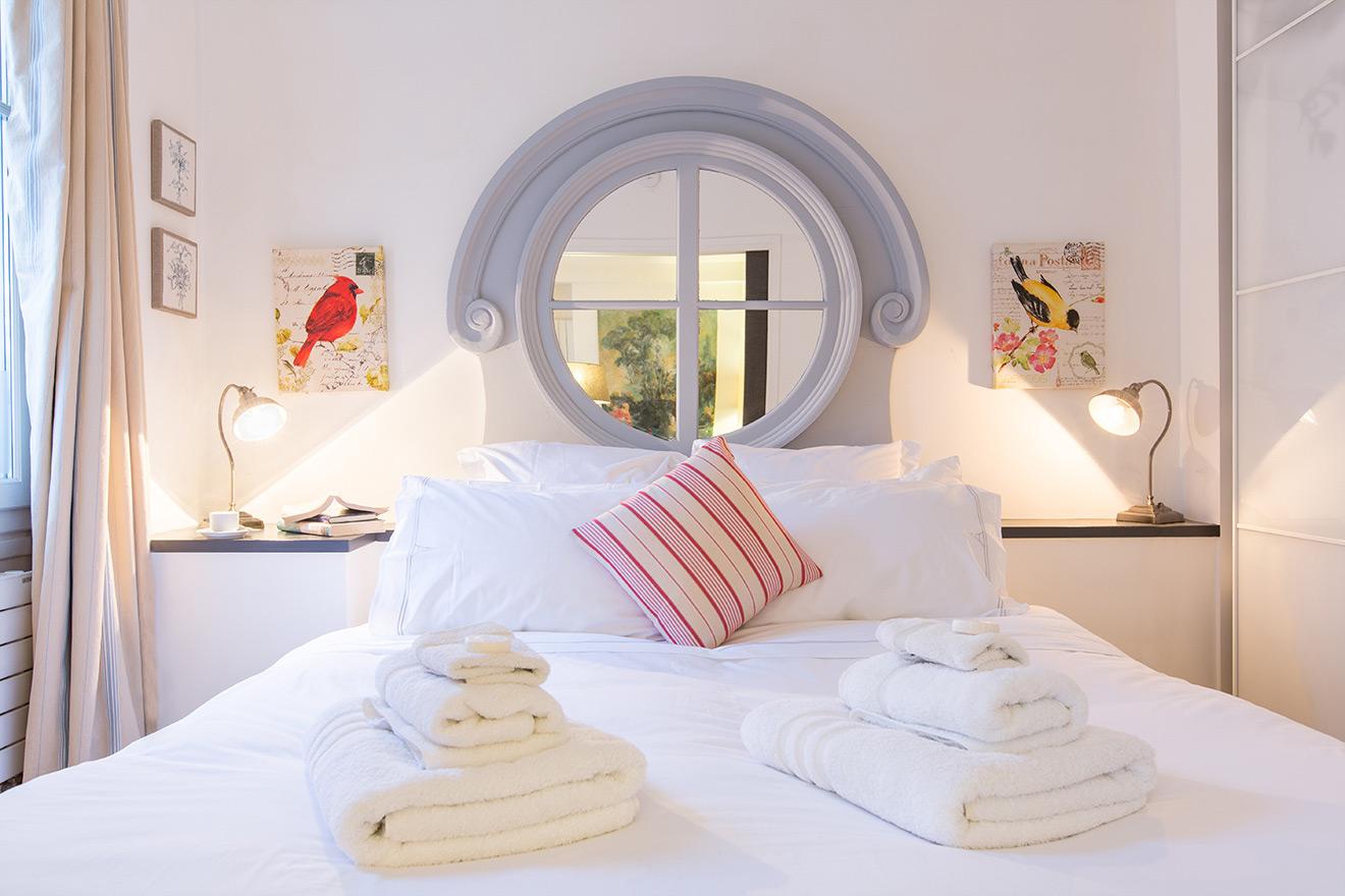 Bandol apartment queen bed