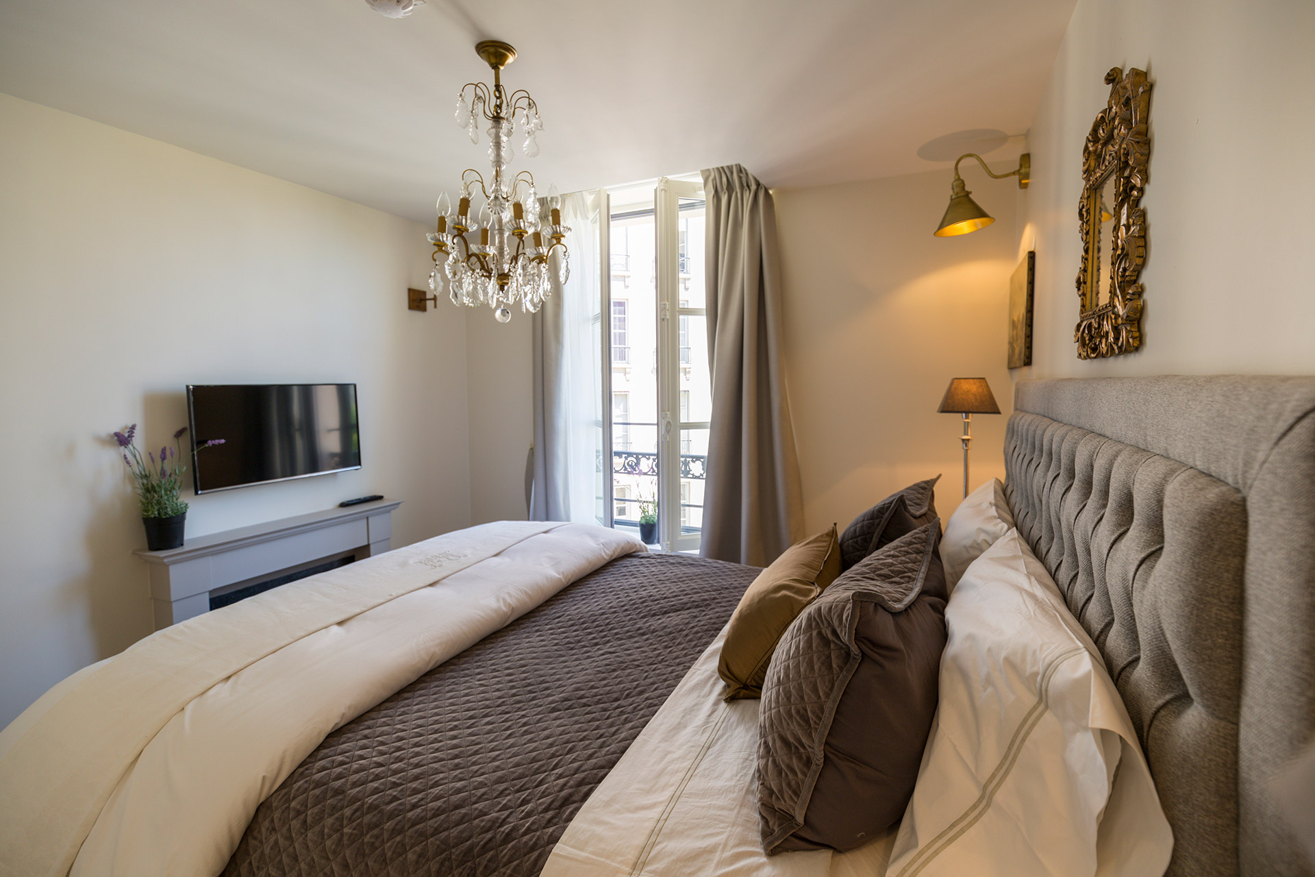 Second TV located in the bedroom of the Loupiac vacation rental offered by Paris Perfect