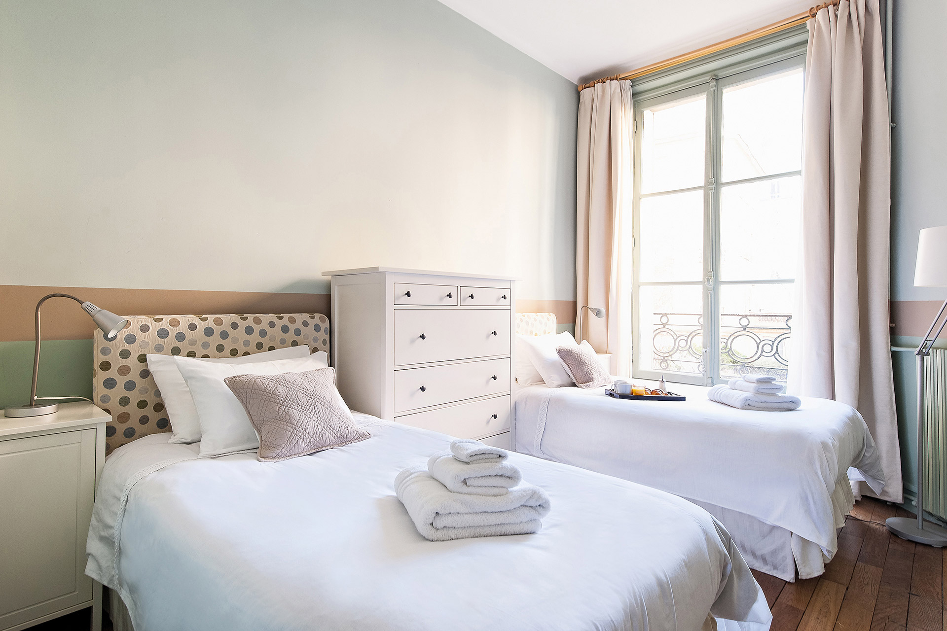 Second bedroom with two single beds in the Mâcon vacation rental offered by Paris Perfect