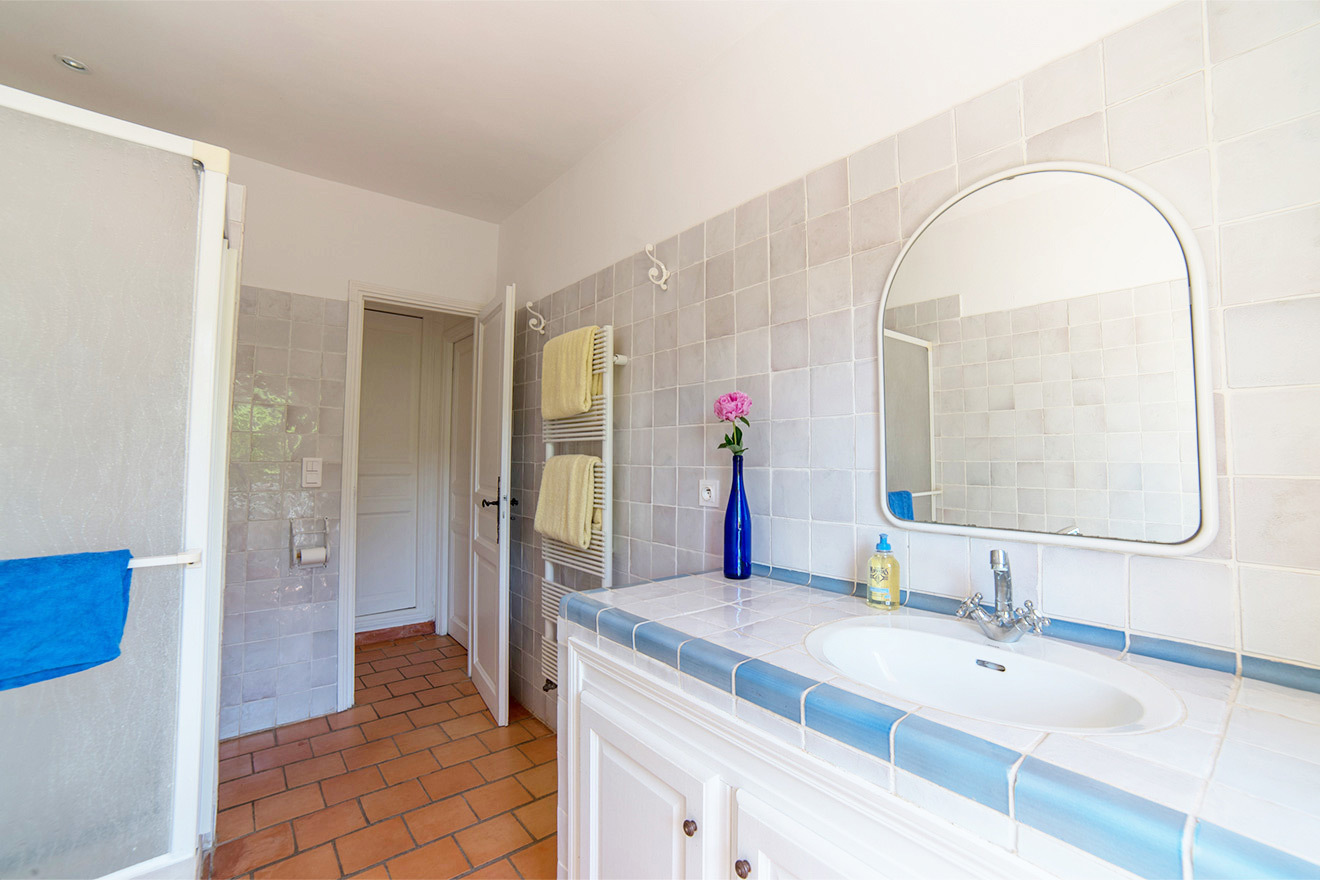 Le Mas Villa bathroom