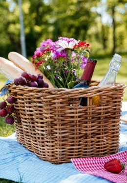 Romantic picnic basket in Paris