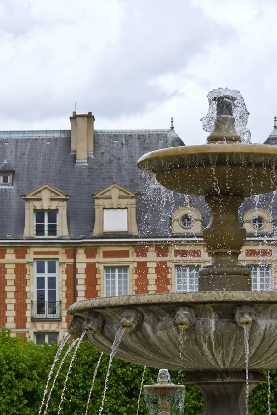Elegant fountain in the heart of Place des Vosges