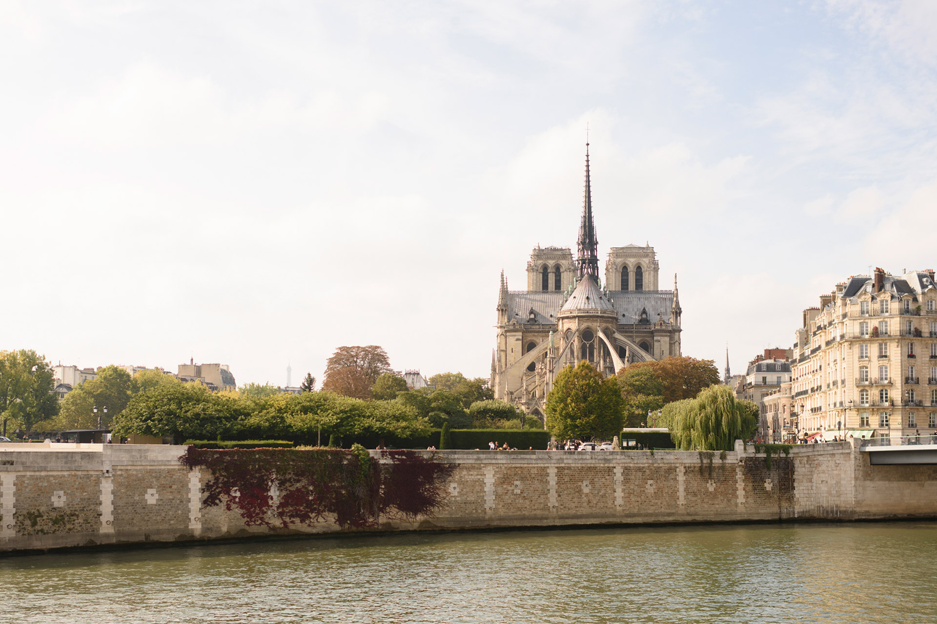 Notre Dame set in the center of the Seine River