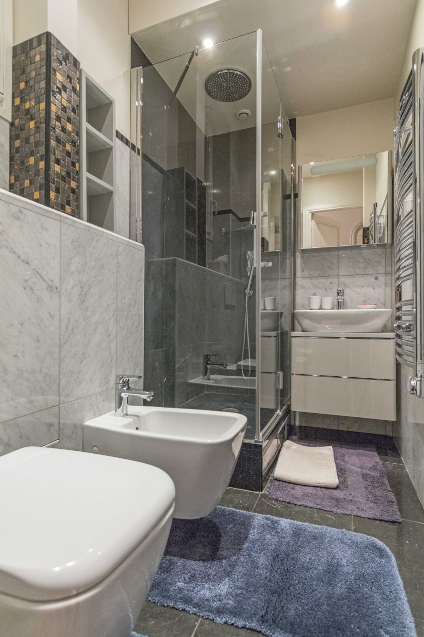Bathroom equipped with shower, toilet, and bidet in the Roannaise vacation rental by Paris Perfect