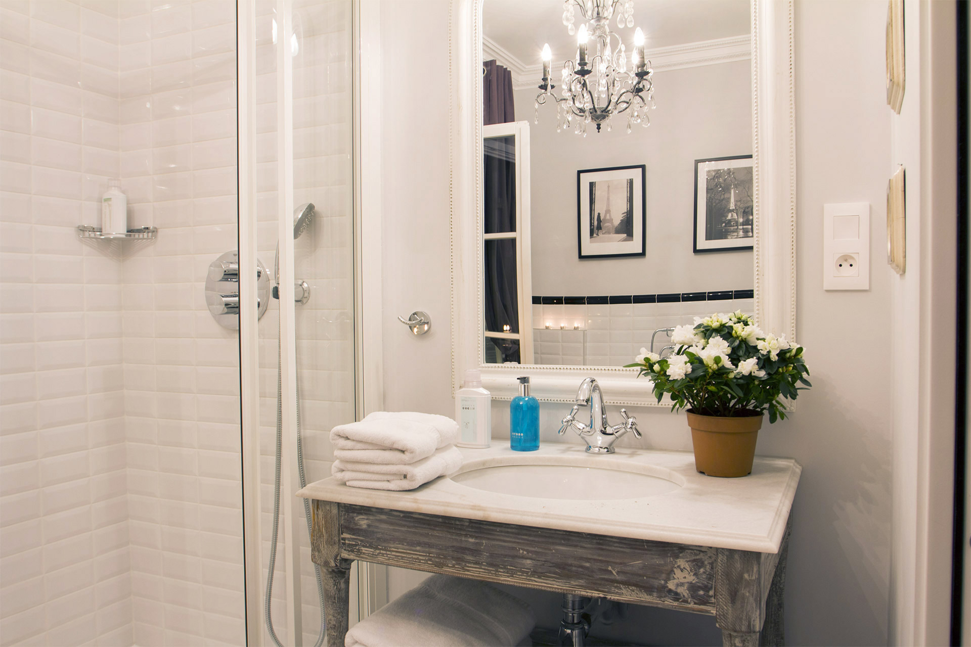 Shower and sink in the mirror in the Chambertin vacation rental offered by Paris Perfect