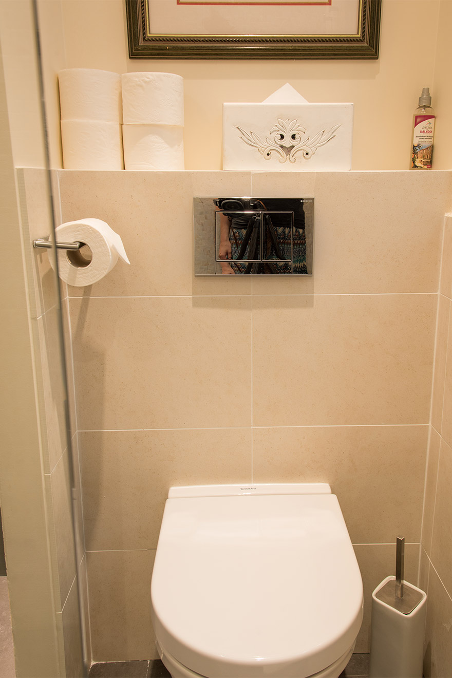 Main bathroom in the Merlot vacation rental offered by Paris Perfect