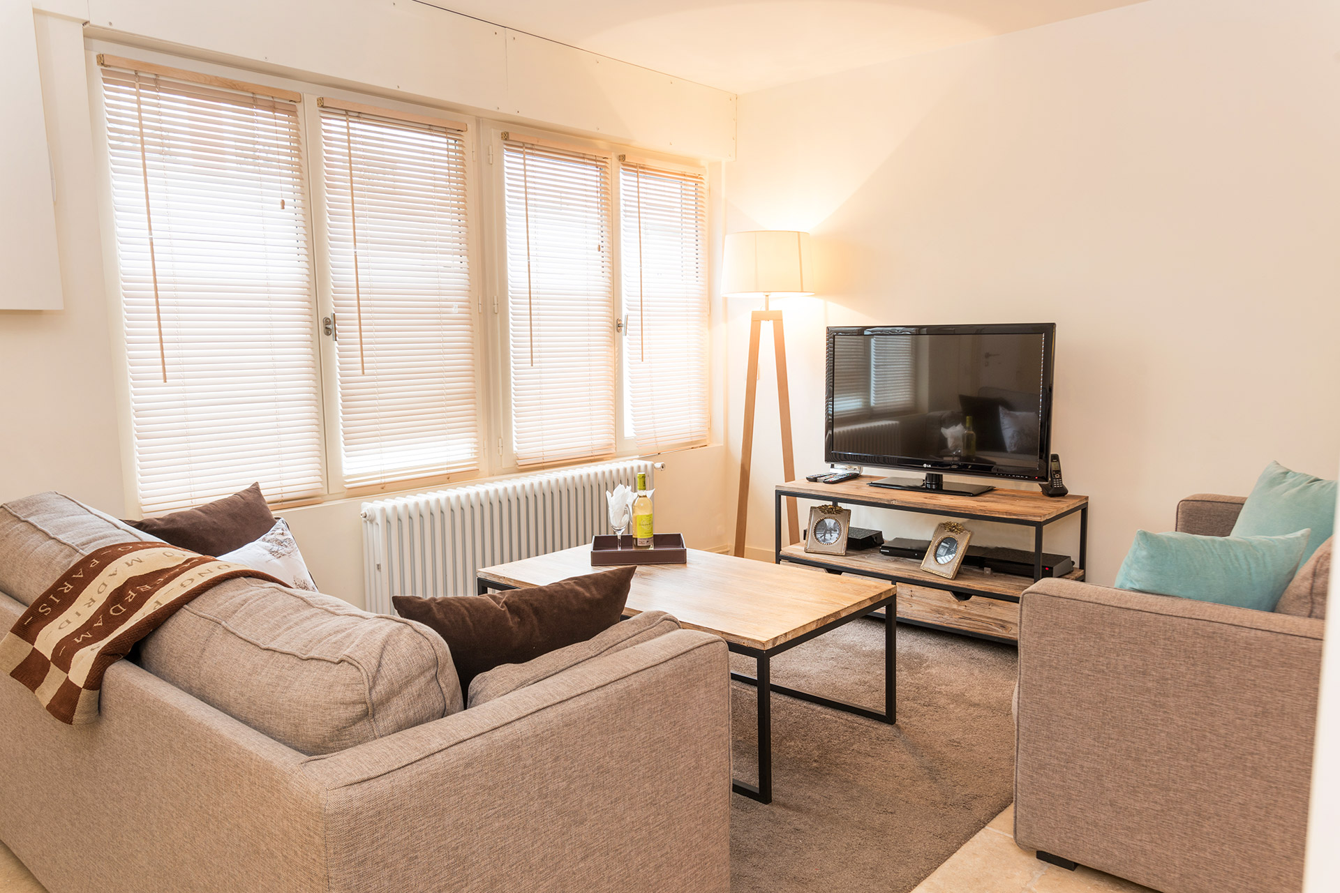 Charming three level 2 bedroom paris vacation rental for Lots of seating in small living room
