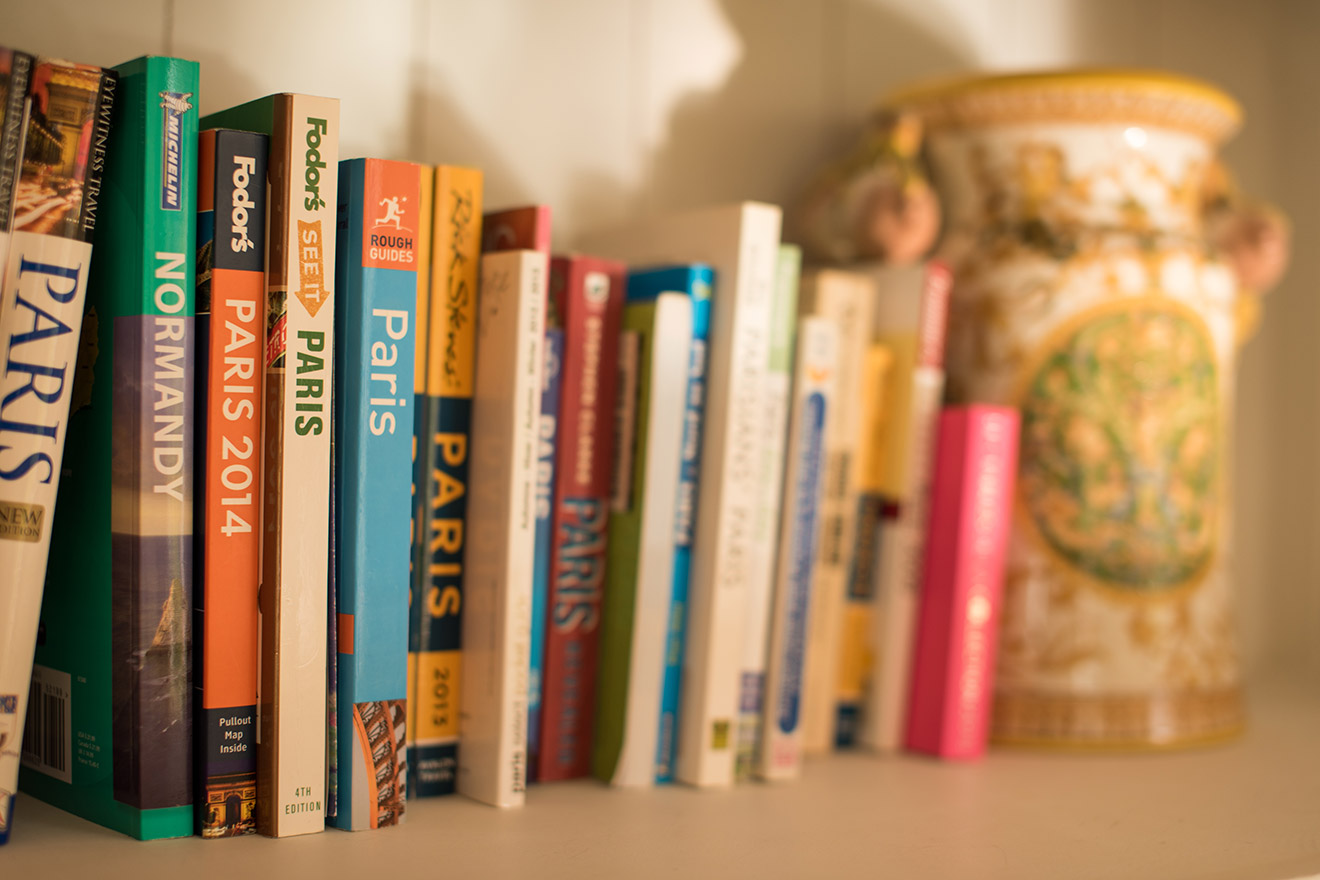 Selection of Paris tourist books in the Cabernet vacation rental offered by Paris Perfect