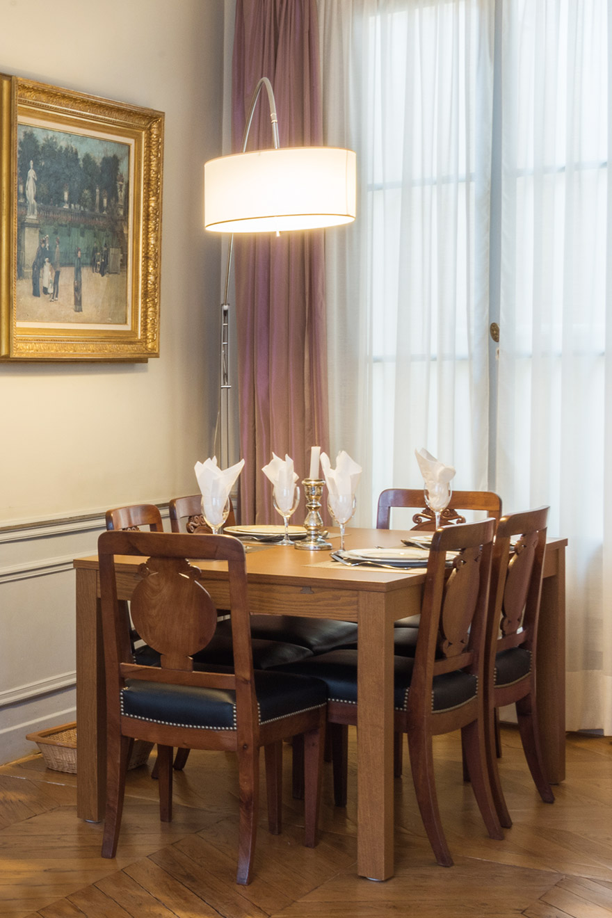 Dining table comfortably seats 6 people in the Mâcon vacation rental offered by Paris Perfect