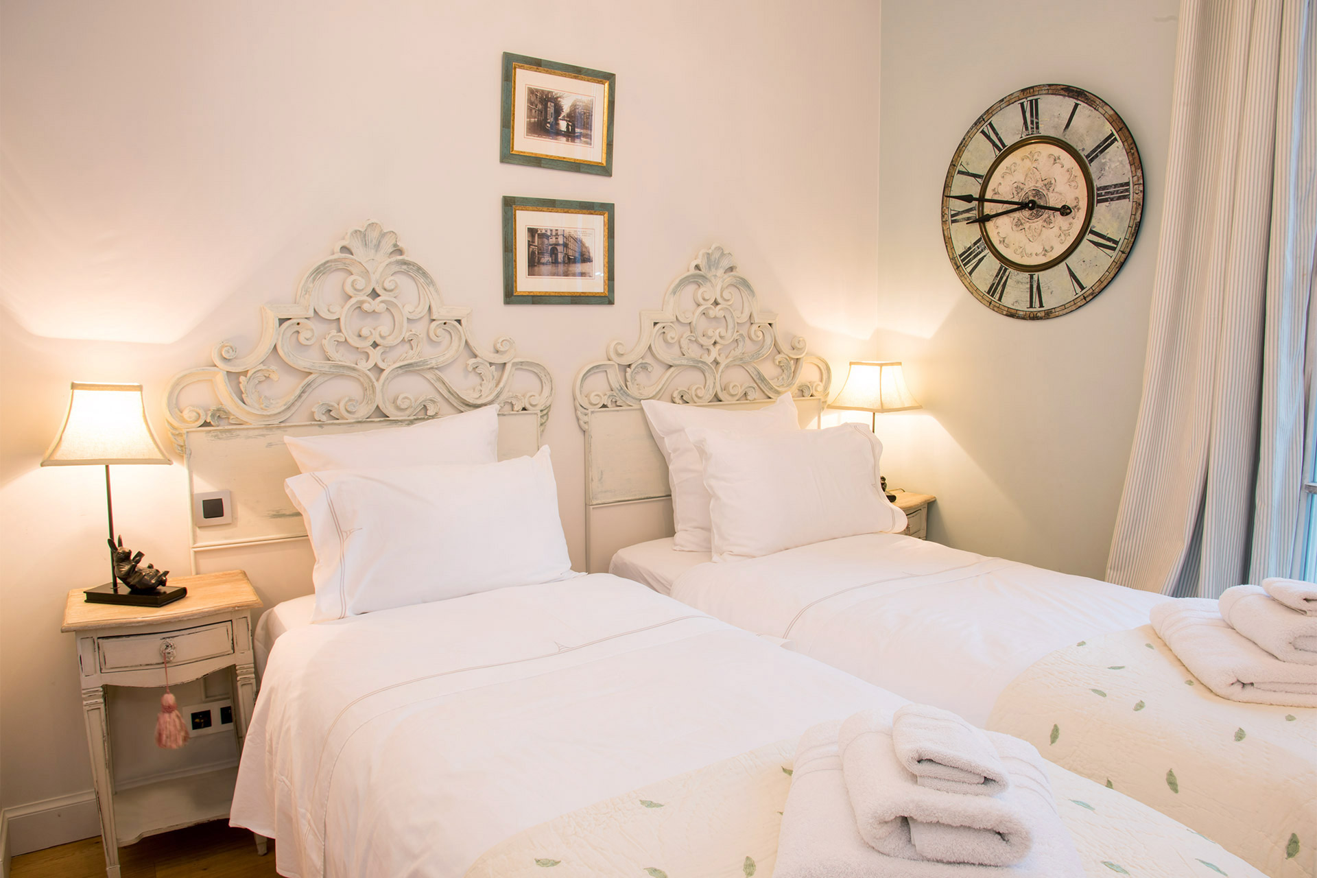 Twin single beds in the third bedroom of the Margaux vacation rental offered by Paris Perfect