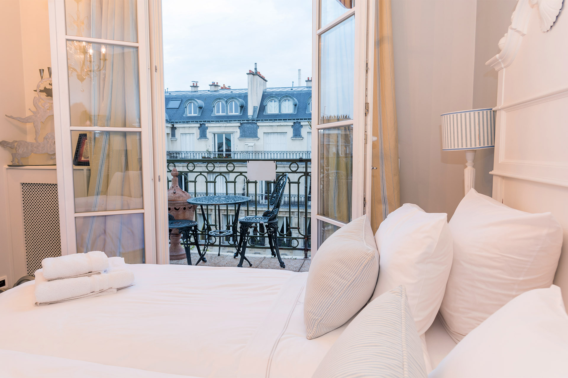Two twin beds in the second bedroom of the Margaux vacation rental offered by Paris Perfect
