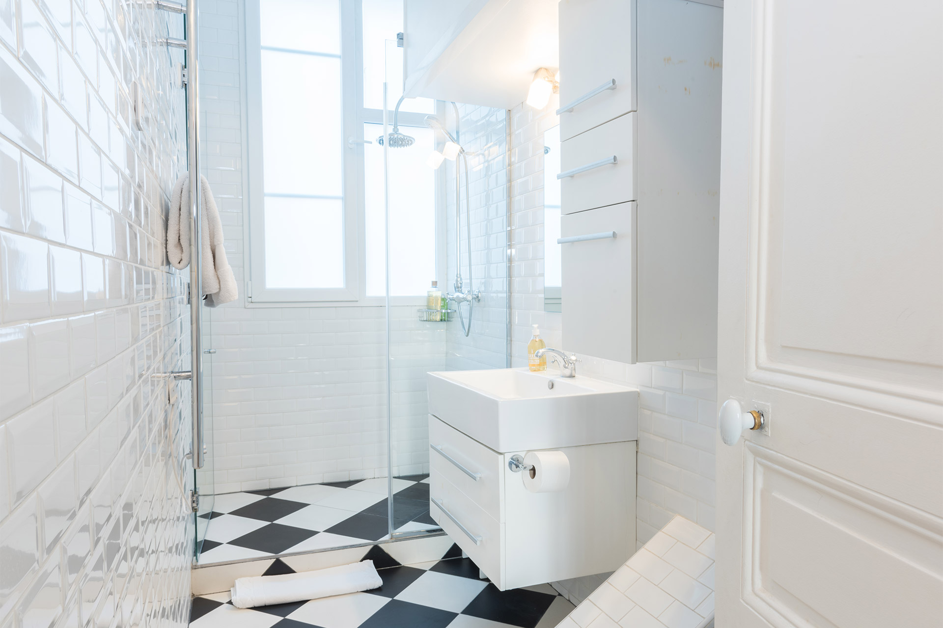 Black and white bathroom in the Maubert vacation rental offered by Paris Perfect