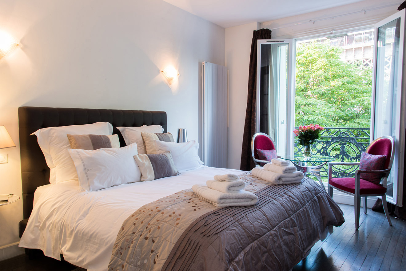 Amazing first bedroom of the Viognier vacation rental offered by Paris Perfect