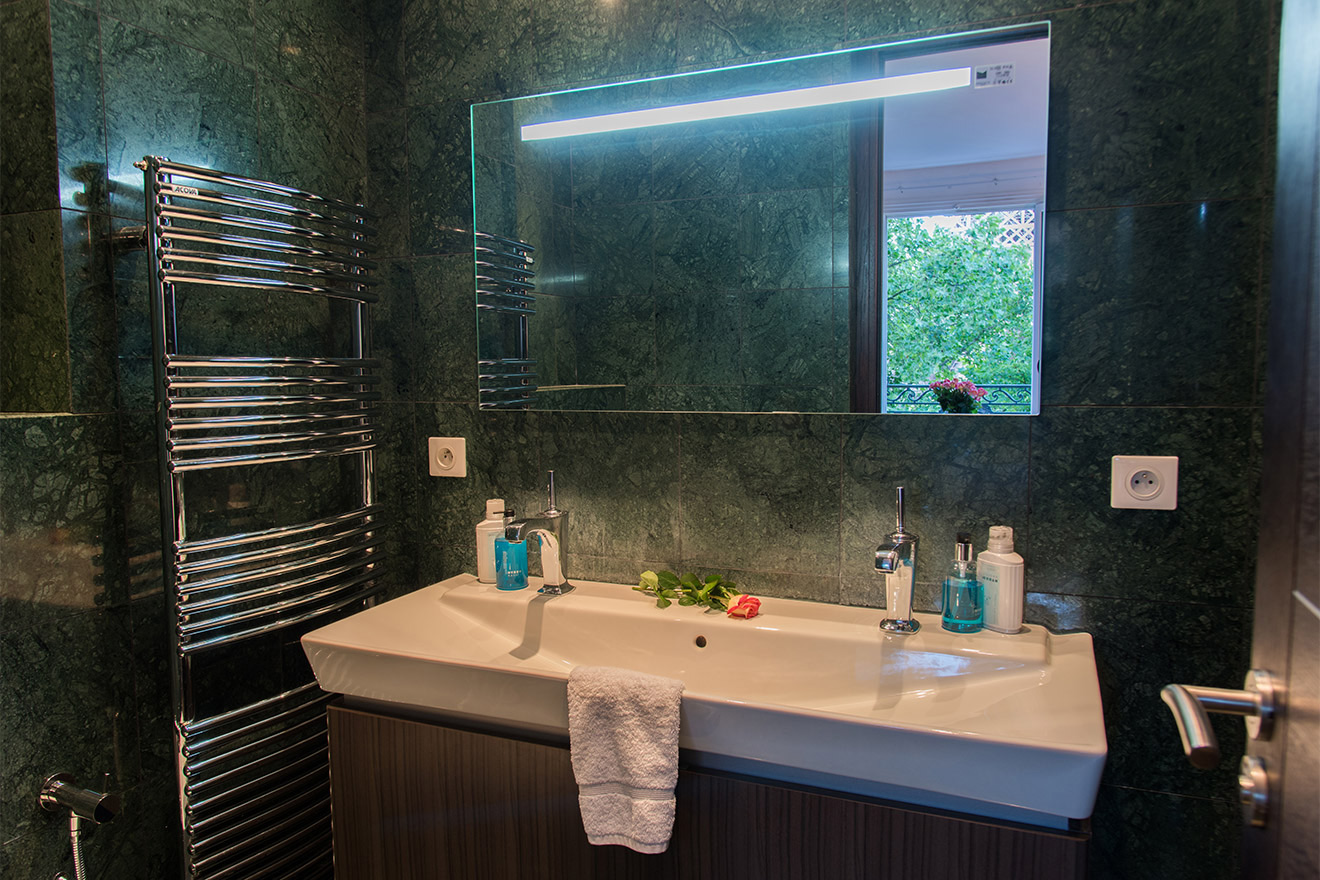 Luxurious en suite bathroom of the Viognier vacation rental offered by Paris Perfect