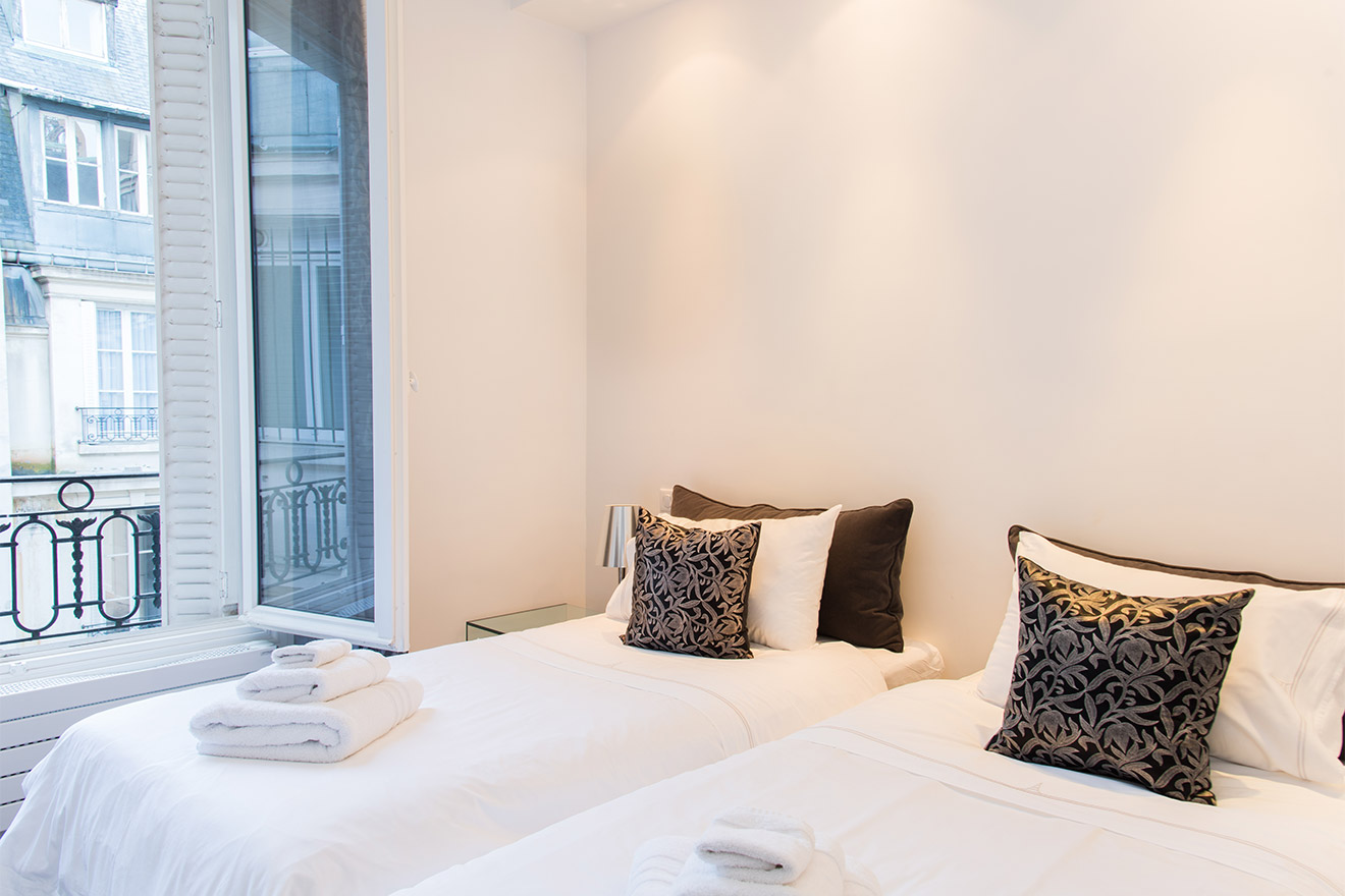 Second bedroom has two single beds in the Viognier vacation rental offered by Paris Perfect