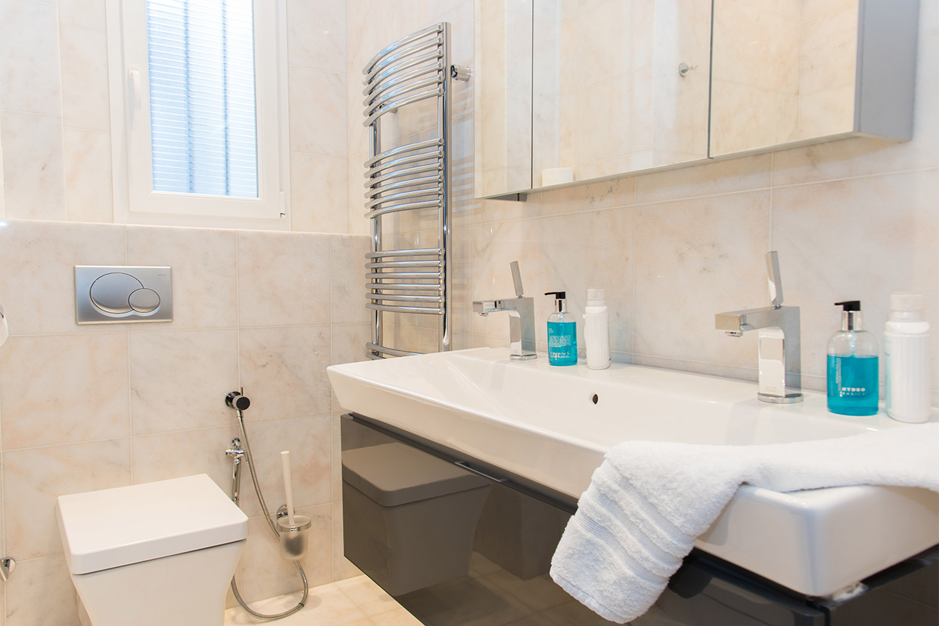 Second bathroom is en suite in the Viognier vacation rental offered by Paris Perfect