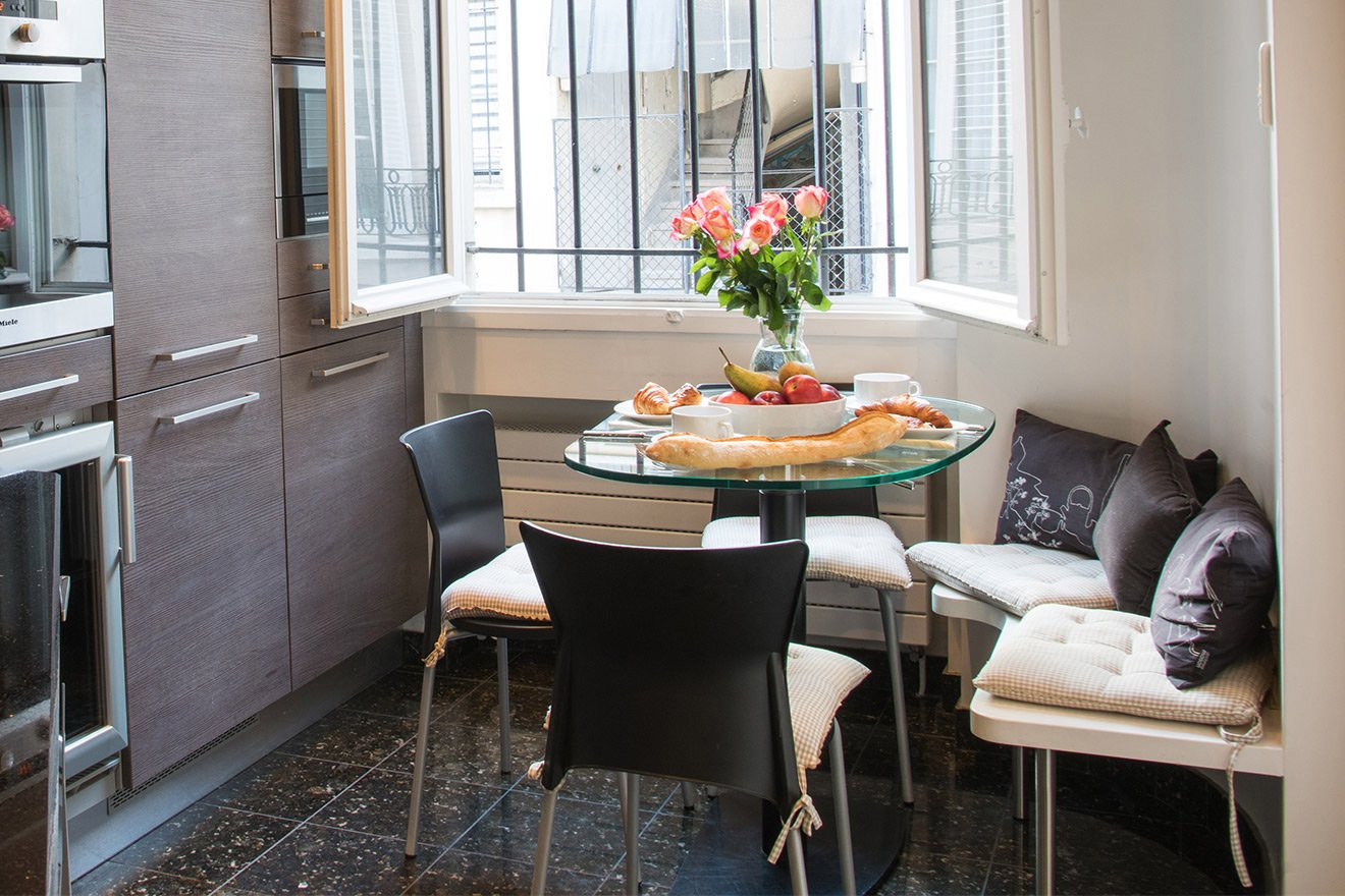 Cozy breakfast table in the kitchen of the Viognier vacation rental offered by Paris Perfect