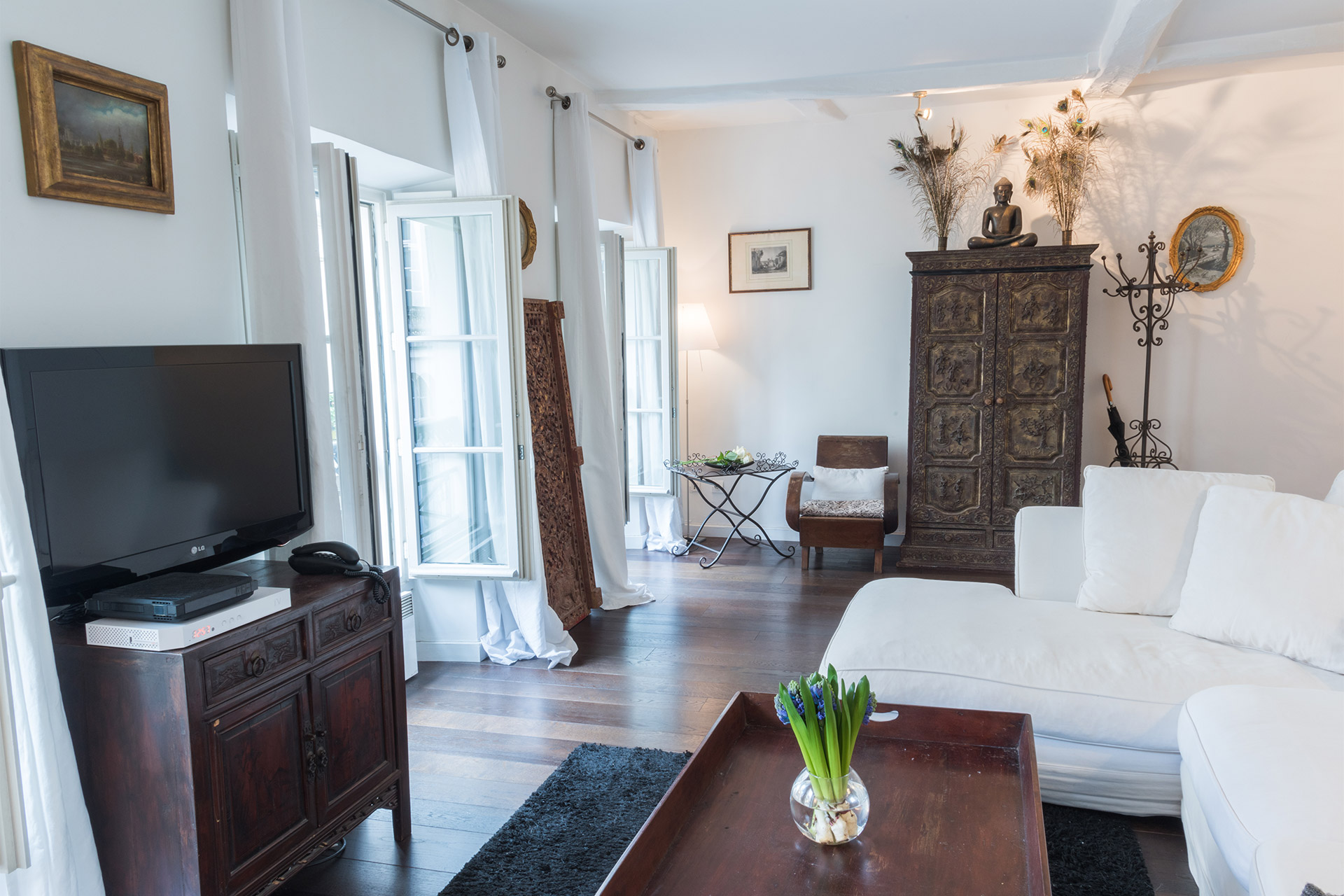 Luxurious living room of the Jacquere vacation rental offered by Paris Perfect