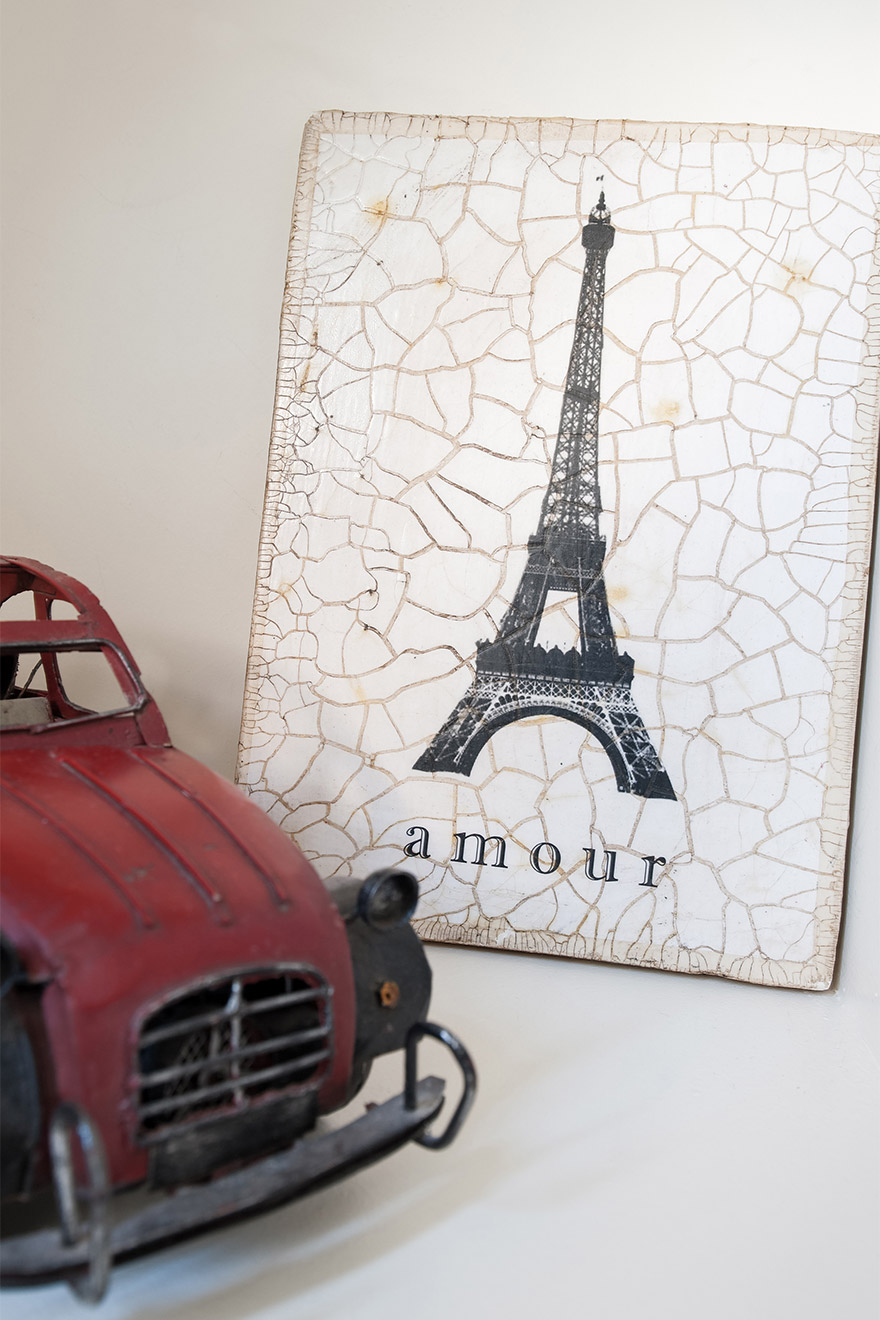Love for Paris decoration in the Romanée vacation rental offered by Paris Perfect