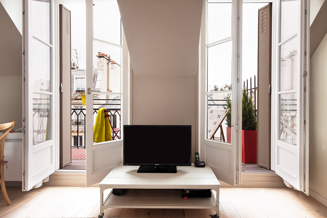 Flat screen TV in the Saumur vacation rental offered by Paris Perfect