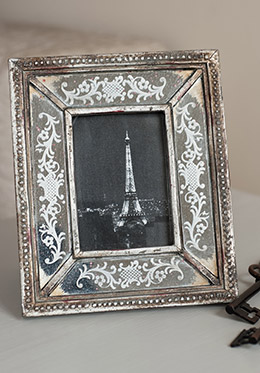 Photo frame with picture of Eiffel Tower in the Saumur vacation rental offered by Paris Perfect