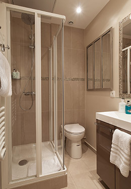 Comfortable walk-in shower in the Saumur vacation rental offered by Paris Perfect