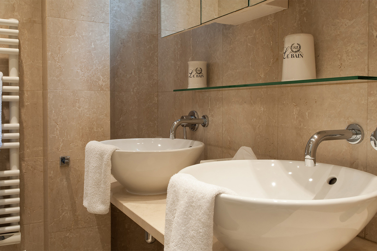 Double sinks in the bathroom in the Saint Julien vacation rental offered by Paris Perfect