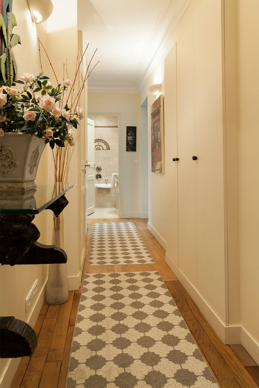 Entrance to the apartment and the hallway of the Saint Julien vacation rental offered by Paris Perfect