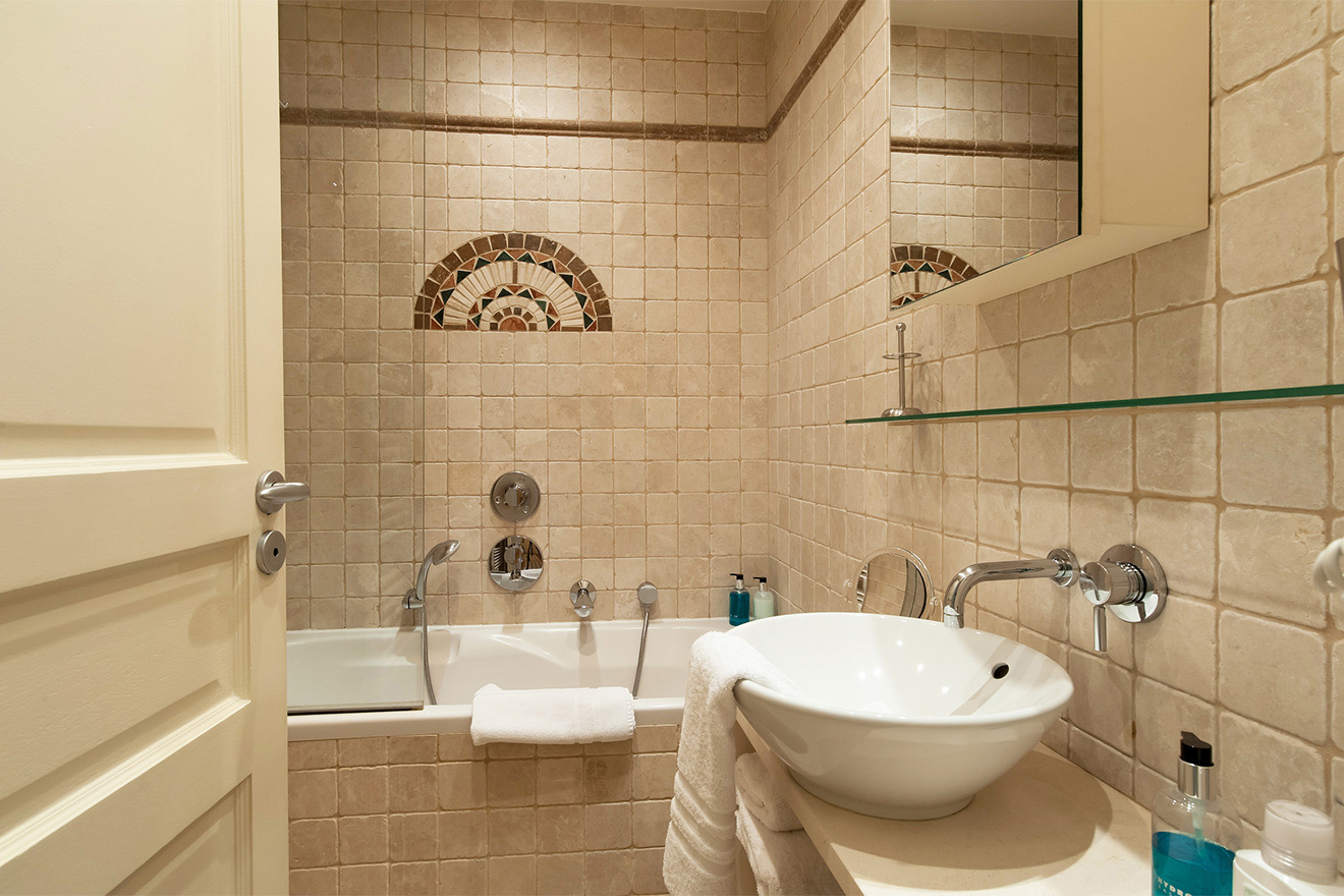Second bathroom of the Saint Julien vacation rental offered by Paris Perfect