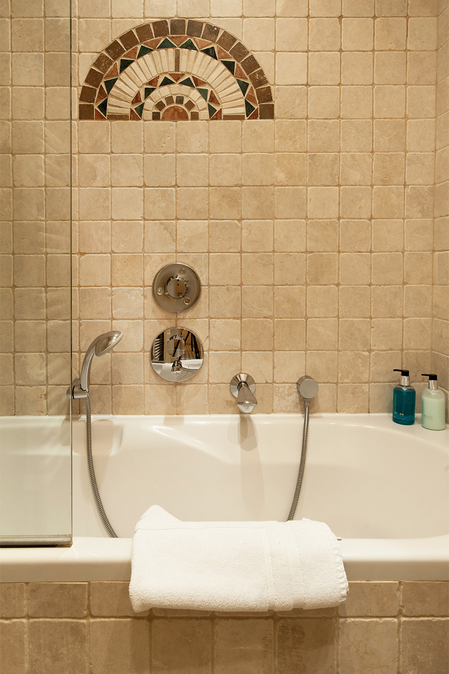Bathtub with flexible shower head in the Saint Julien vacation rental offered by Paris Perfect