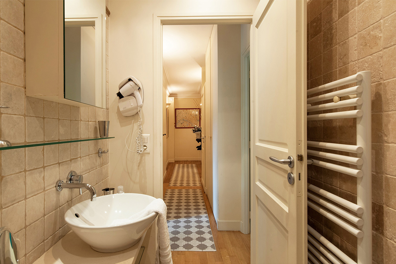 Second bathroom at the end of the hallway in the Saint Julien vacation rental offered by Paris Perfect