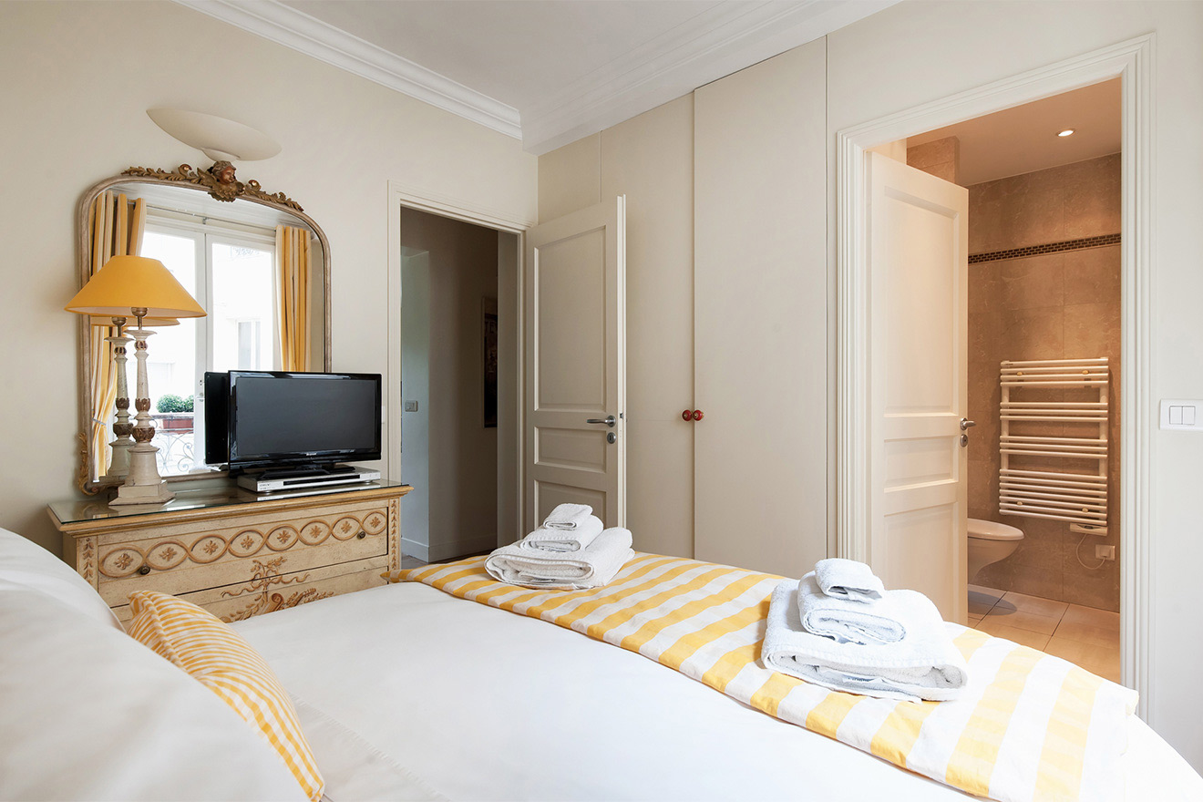Enjoy the comforts of an en suite bathroom in the Saint Julien vacation rental offered by Paris Perfect