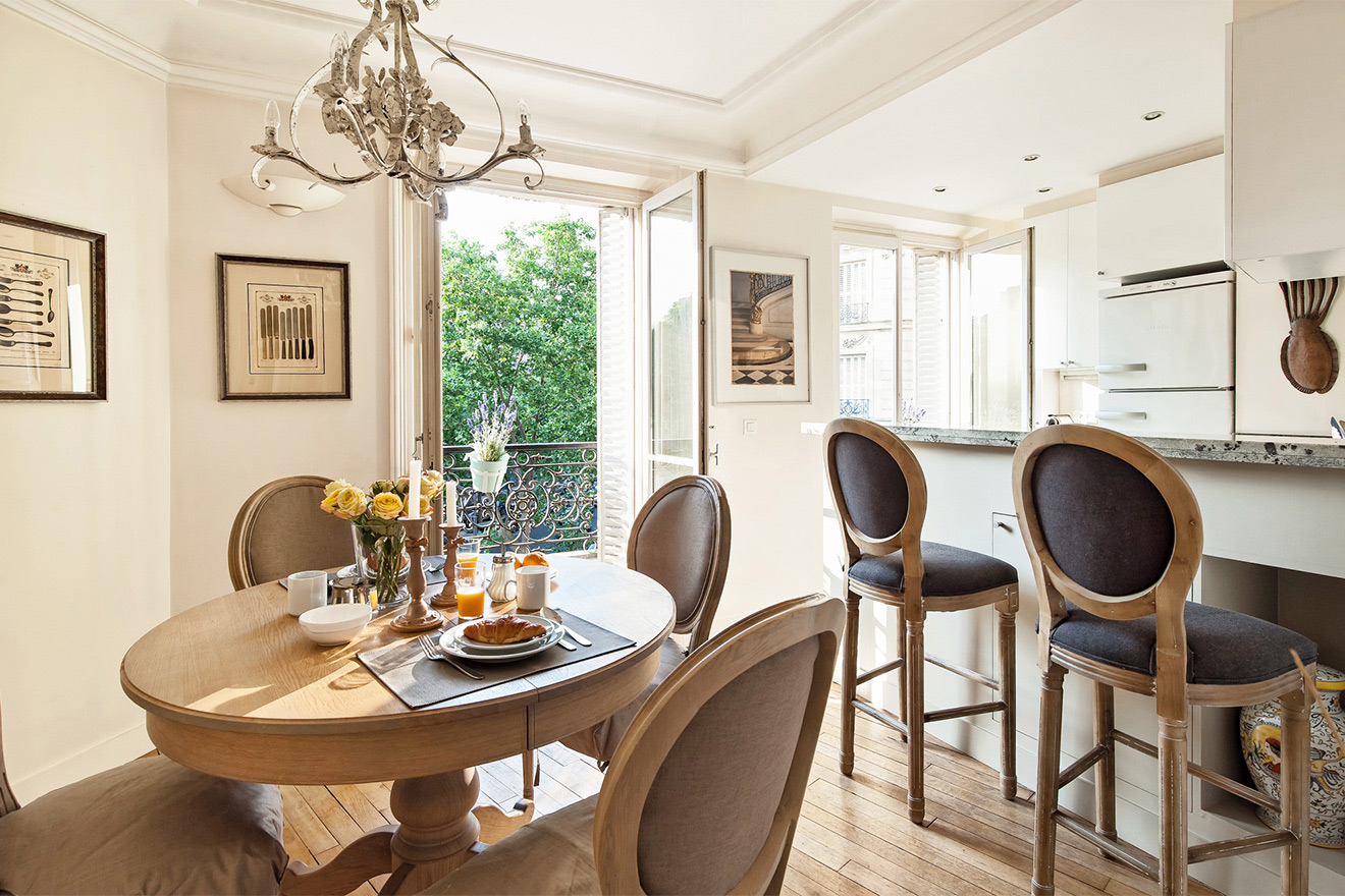 Dining table is conveniently located next to the kitchen of the Volnay vacation rental
