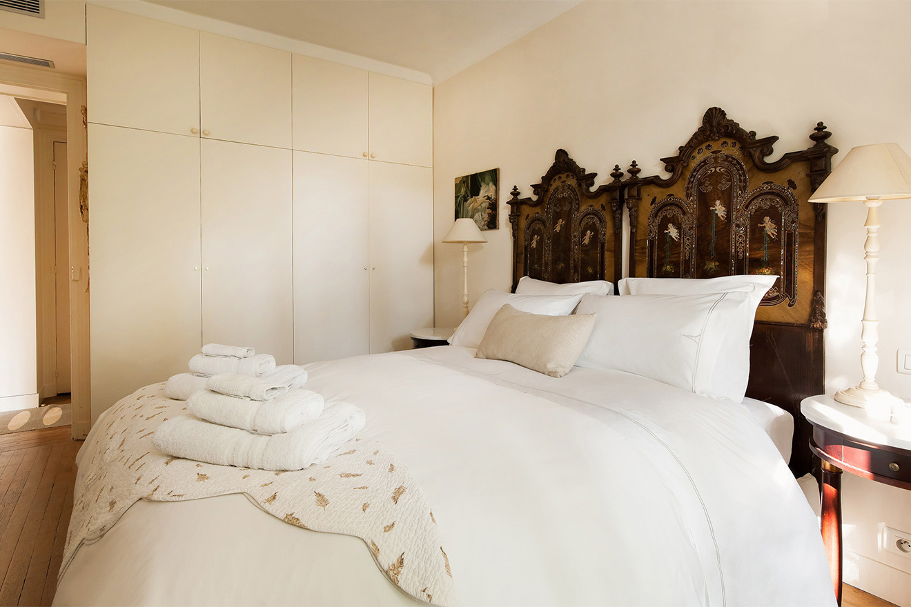 Luxuriously comfortable bedroom of the Volnay vacation rental offered by Paris Perfect