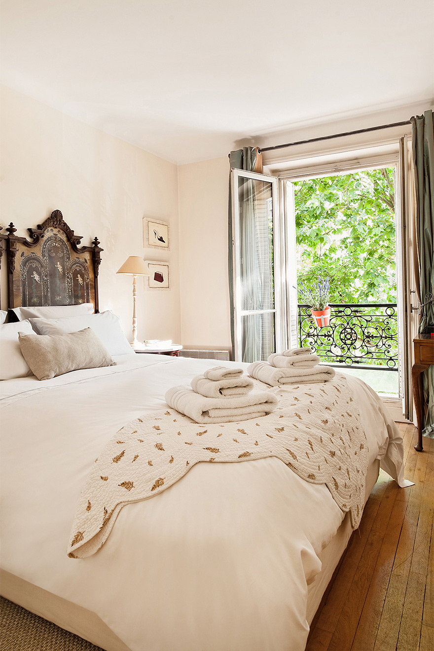 King size bed in the bedroom of the Volnay vacation rental offered by Paris Perfect