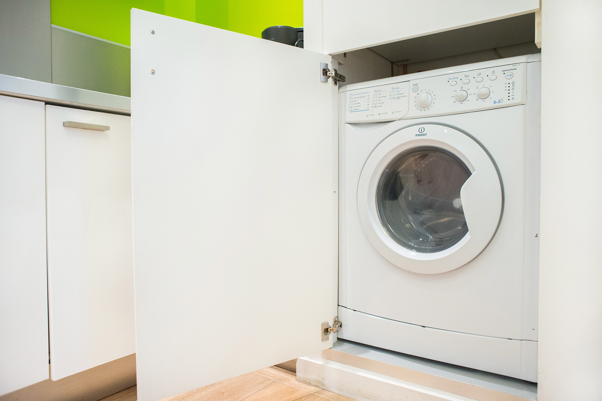 Washing machine and dryer in the Aramon vacation rental offered by Paris Perfect