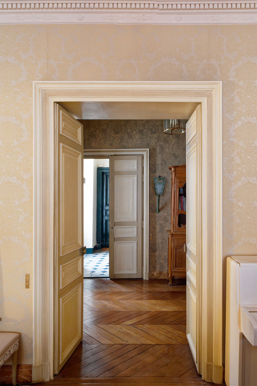 Enter the apartment through this large reception entry area in the Bailly Paris vacation rental