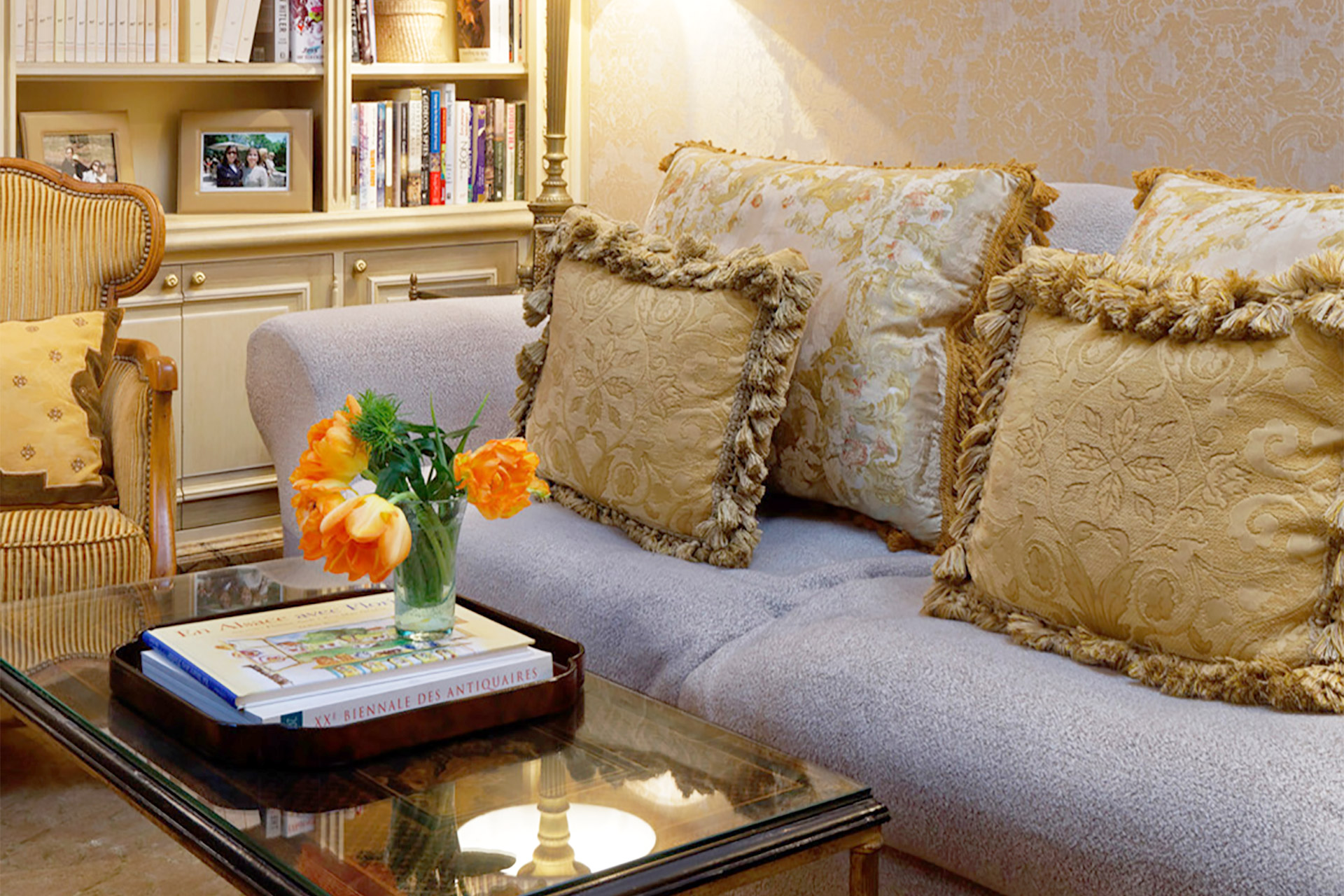 Quiet relaxation is a must in this calm second living room in the Bailly Paris vacation rental