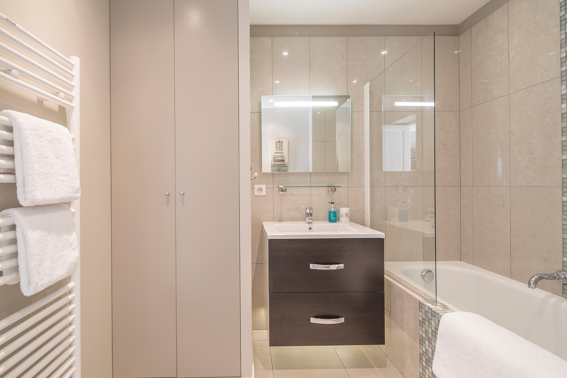 En suite bathroom of the Beaujolais vacation rental offered by Paris Perfect