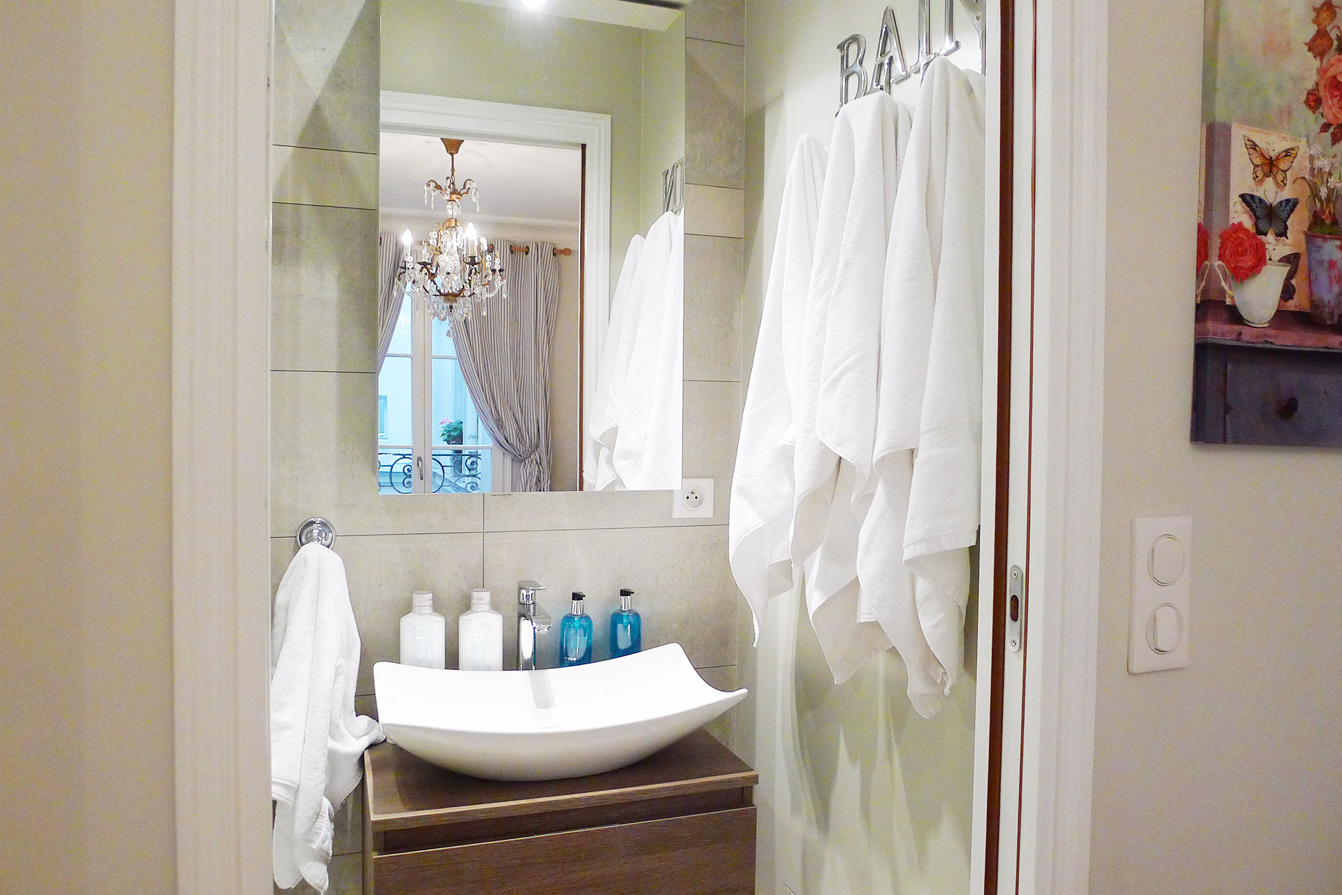 Private second en suite bathroom of the Beaujolais vacation rental offered by Paris Perfect