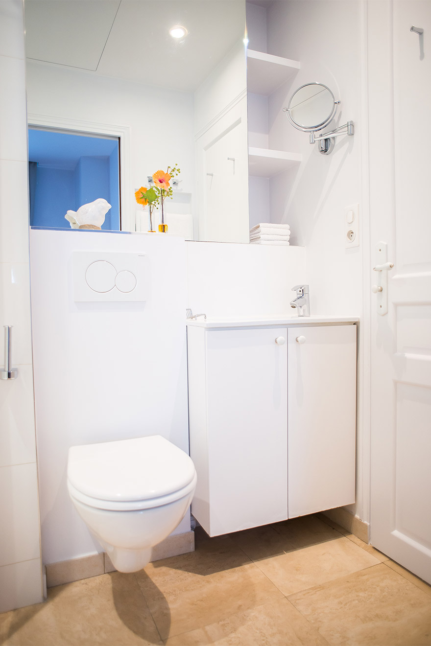 Clean and modern bathroom of the Bel-Air vacation rental offered by Paris Perfect