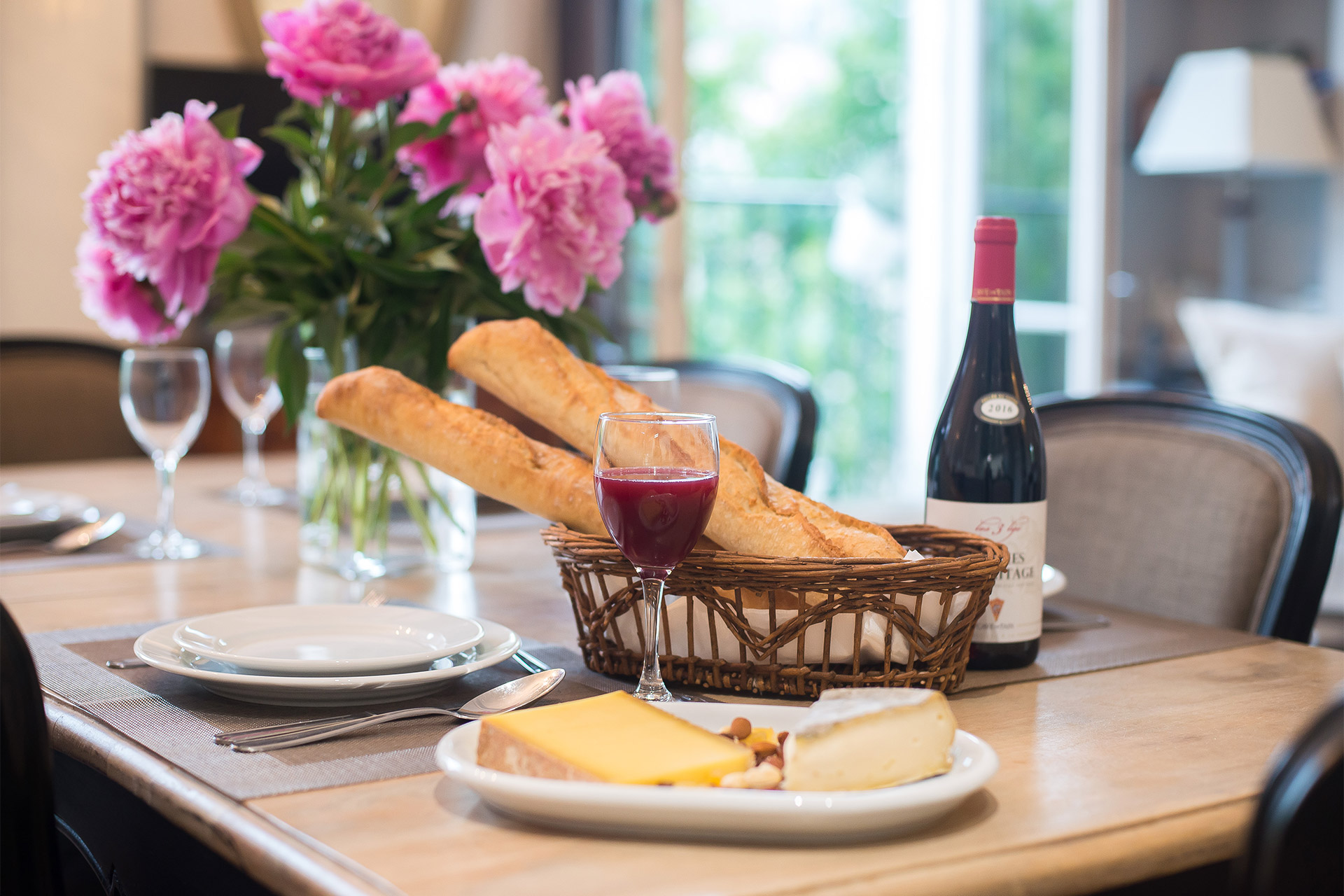 Romantic dinners in the Bergerac vacation rental offered by Paris Perfect