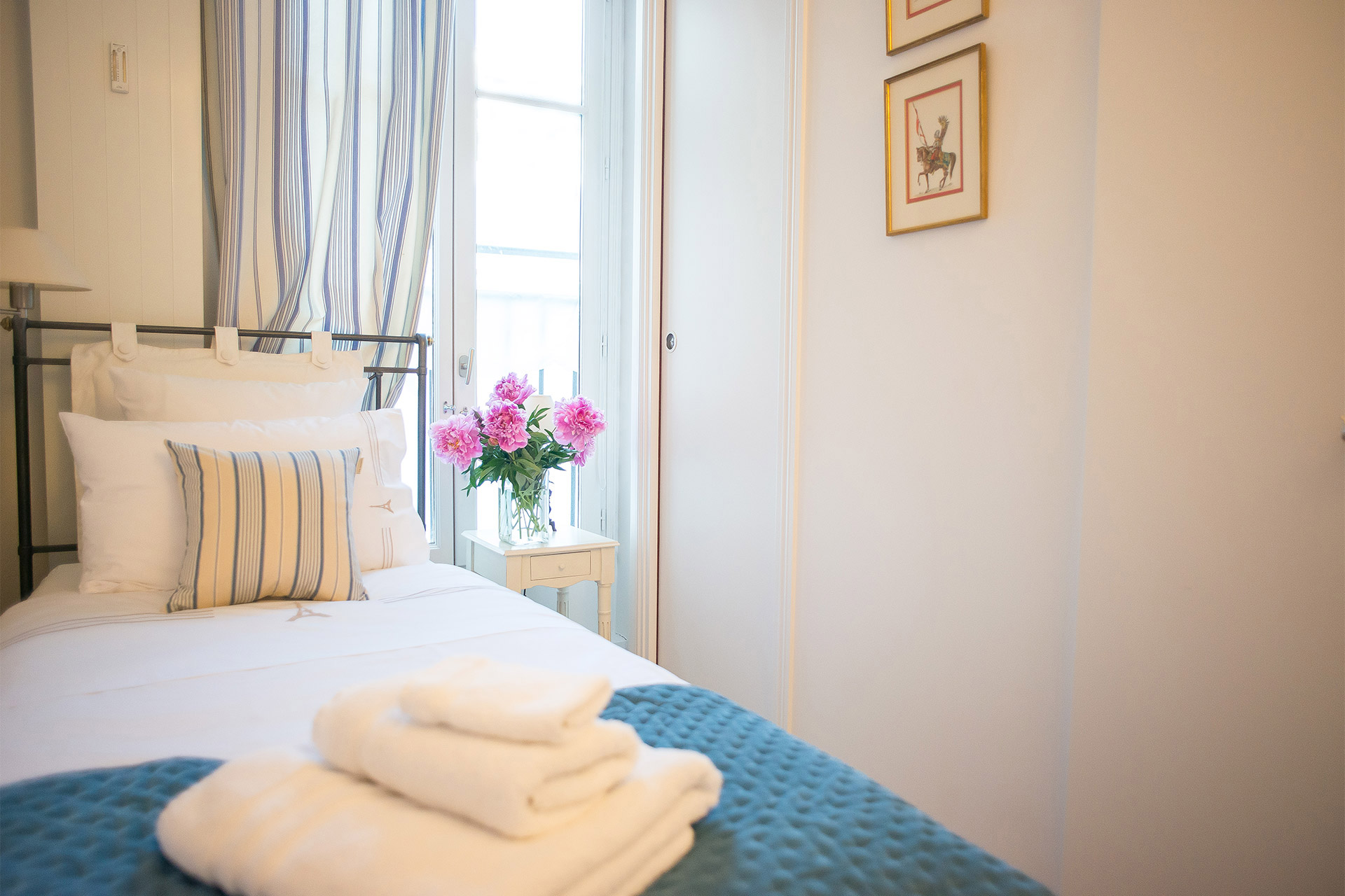 Private single bedroom with en suite bathroom in the Bergerac vacation rental offered by Paris Perfect