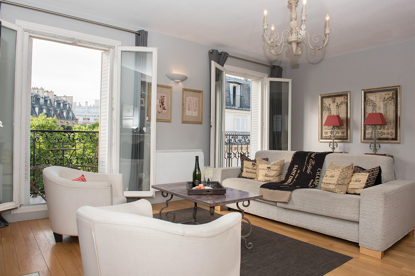 Spacious living room of the Bordeaux vacation rental offered by Paris Perfect
