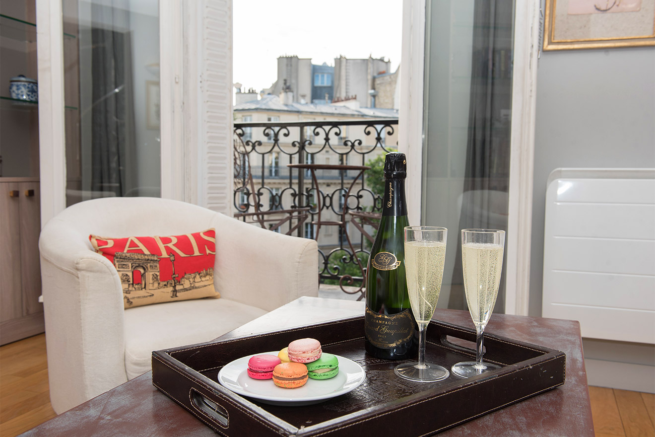 Champagne in the living room of the Bordeaux vacation rental offered by Paris Perfect