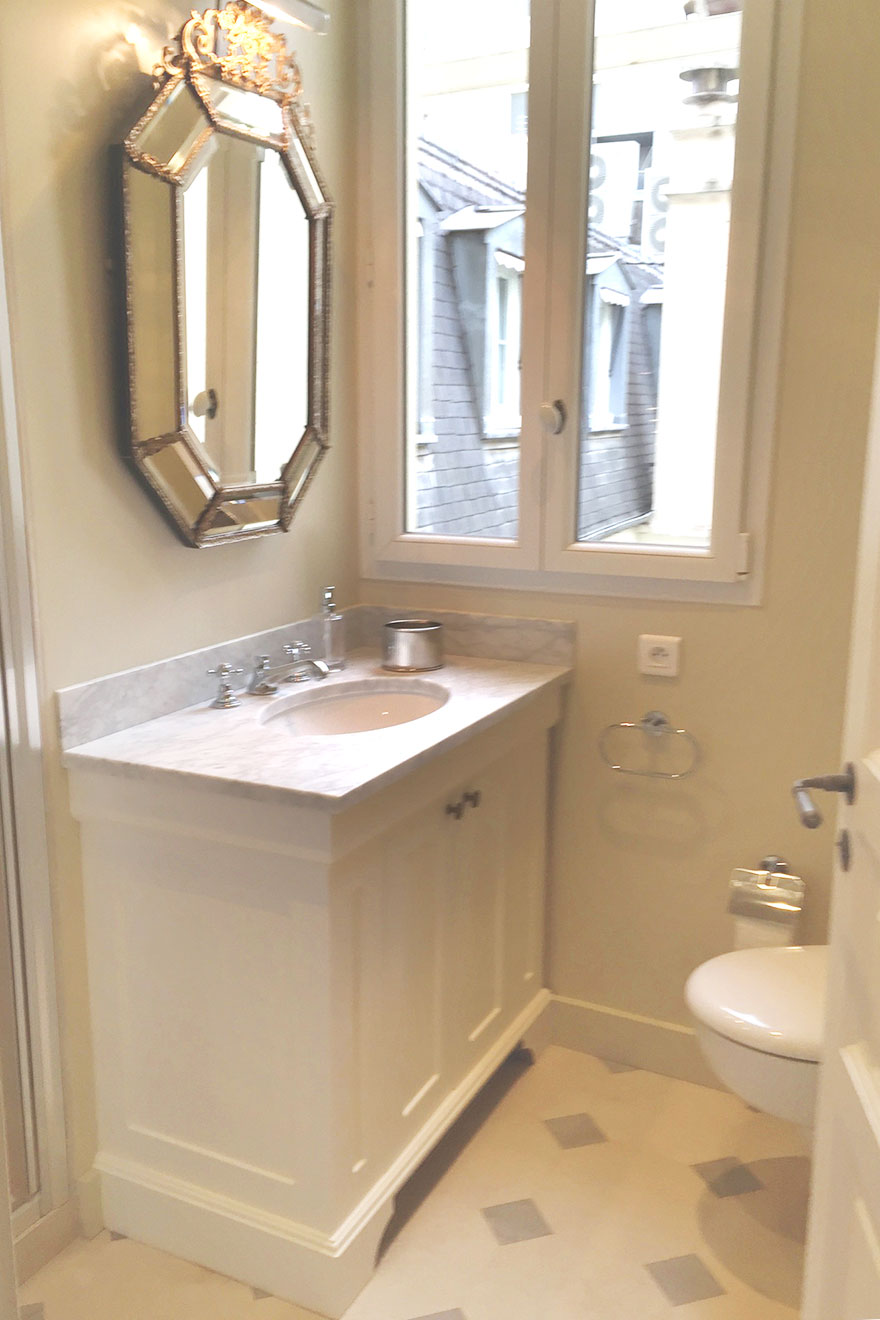 Clean and modern bathroom with a shower, toilet and sink in the Bourgogne Paris Perfect rental