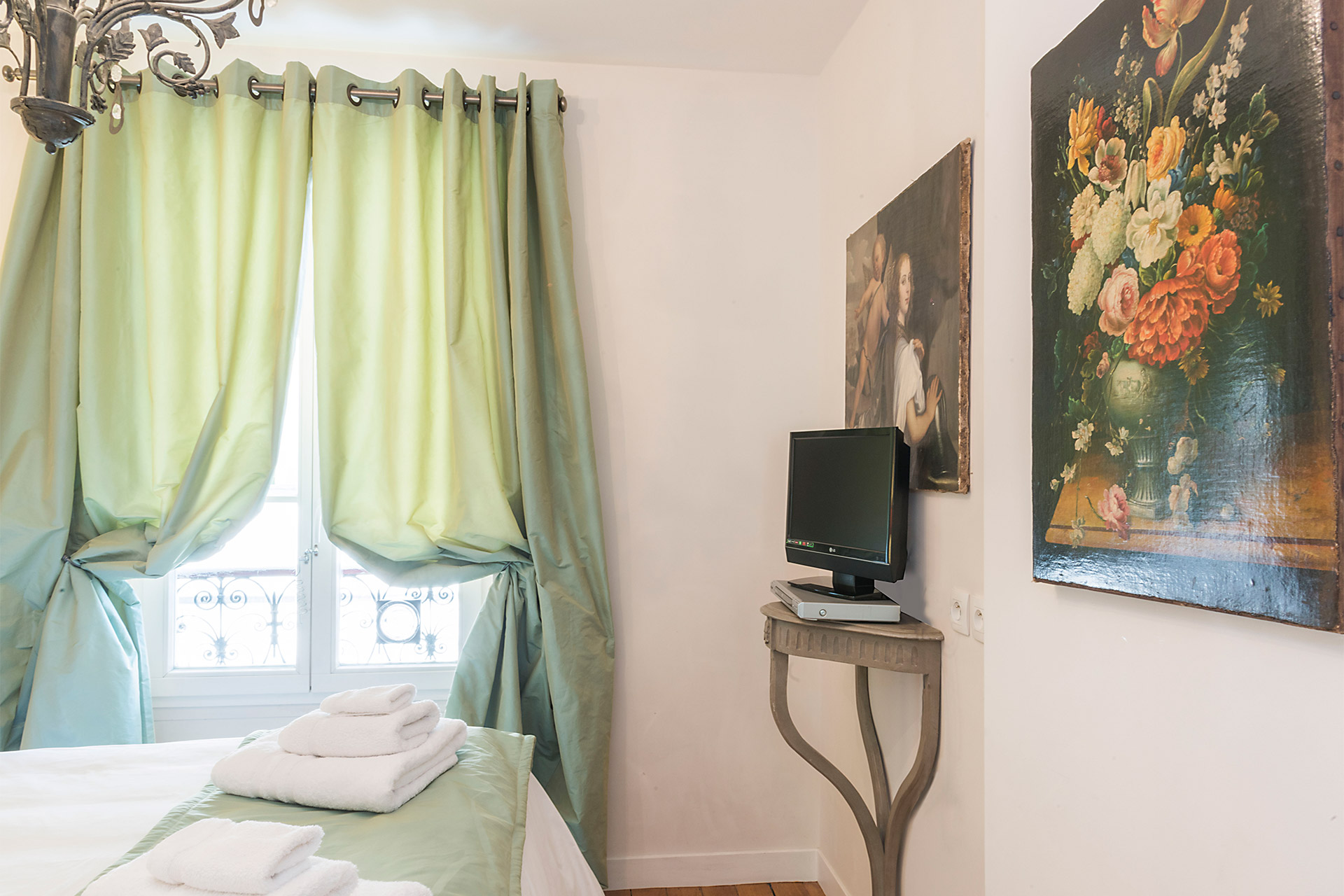 Flat screen TV in the bedroom of the Calvados vacation rental offered by Paris Perfect