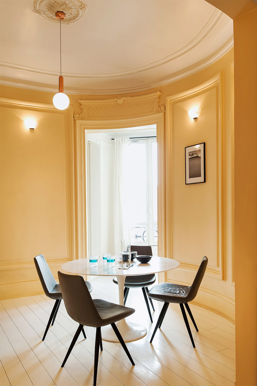 Sunny breakfasts or casual meals around this modish table in the Cavailles Paris rental