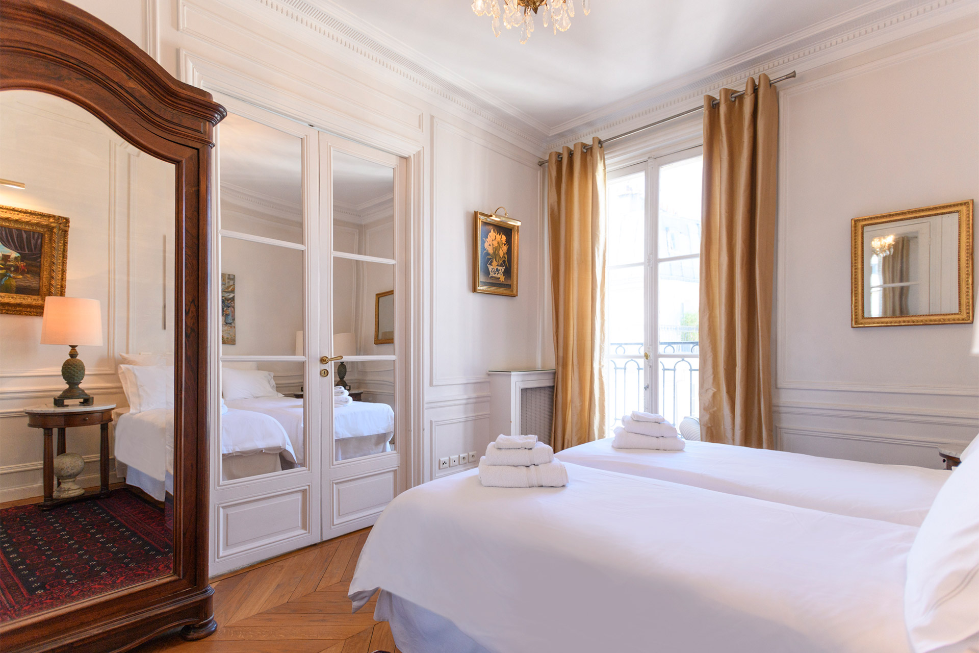 Adjoining bedroom in the Chateauneuf vacation rental offered by Paris Perfect